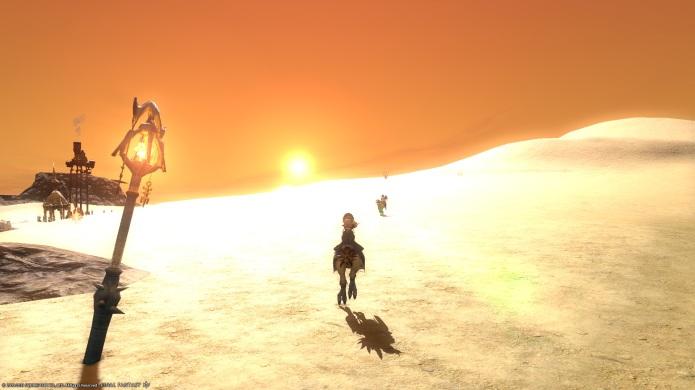 砂漠で夕日に向かってジャンプした瞬間。